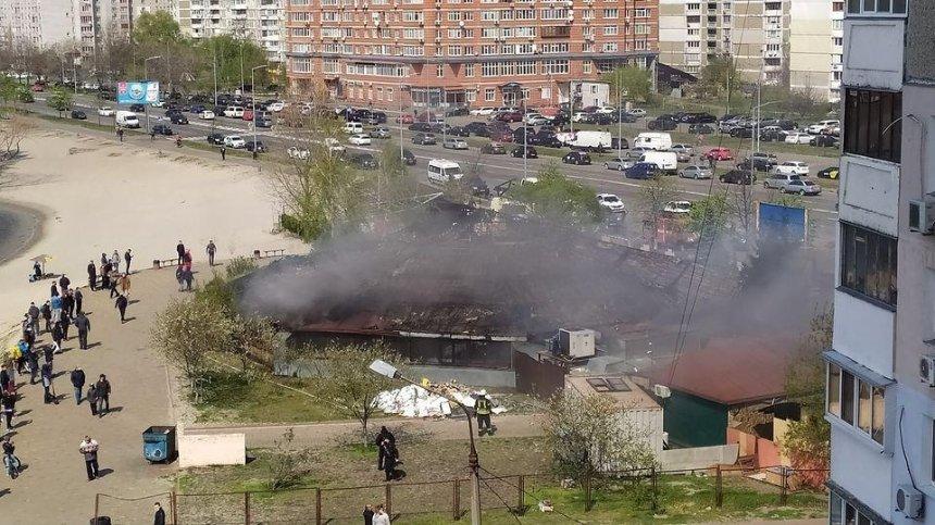 На Позняках сгорел ресторан у озера (обновлено)