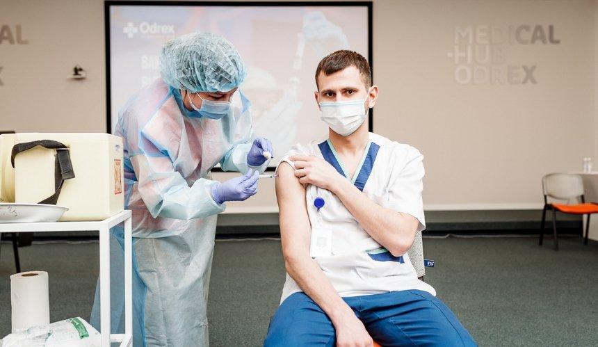Медики, которые вакцинируют против COVID-19, получат бесплатный мобильный интернет
