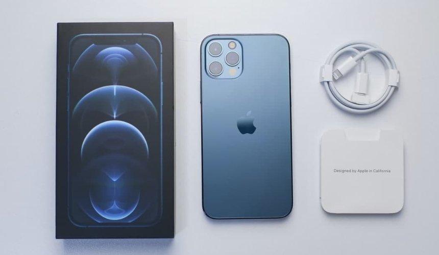 Как отсутствие зарядки в коробке с iPhone влияет на экологию: в Apple дали объяснение