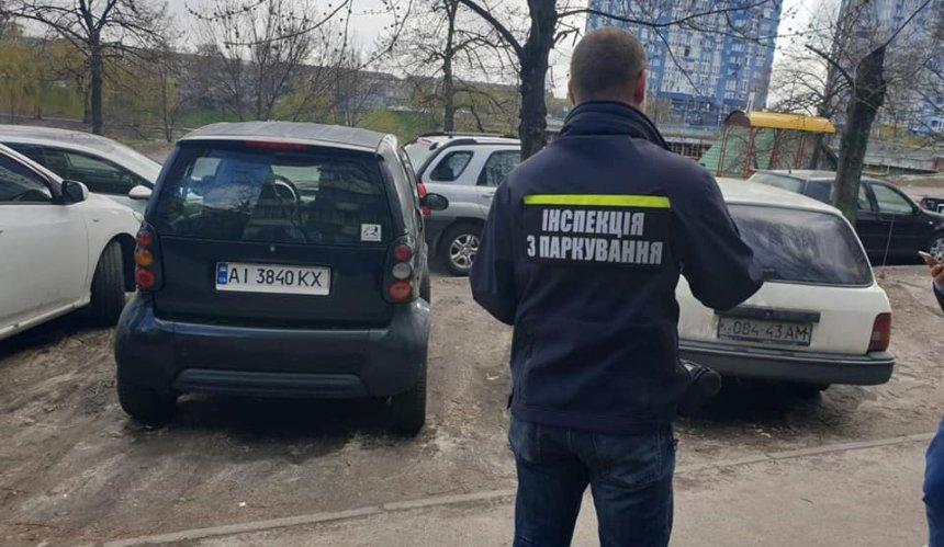 В Киеве начали штрафовать любителей парковаться на газонах