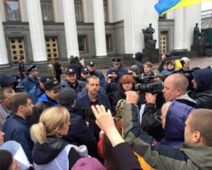 Жители Коцюбинского пикетируют Раду из-за политических преследований