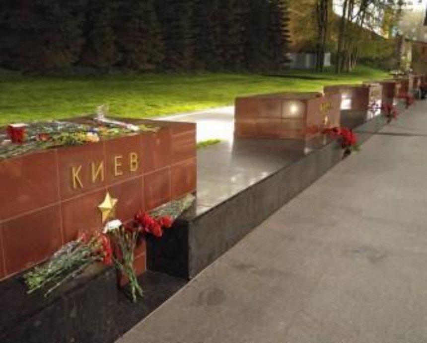 В Москве возле памятника городу-герою Киеву появились цветы