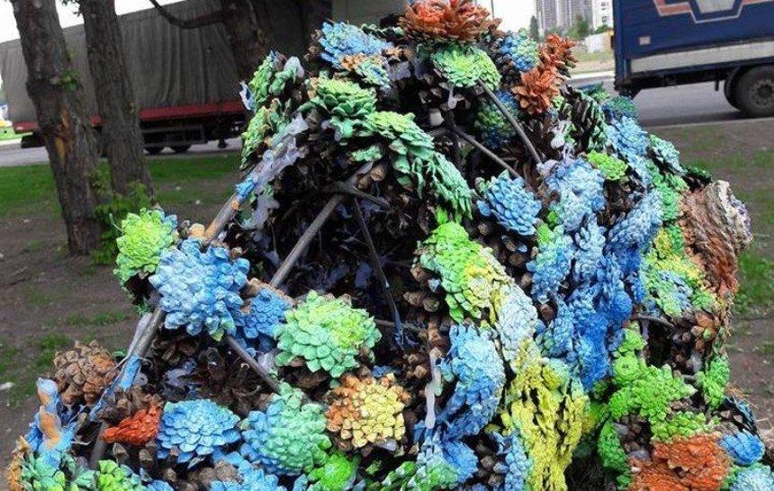 Біля МВЦ вандали познущалися з різнокольорового хамелеона (фото)