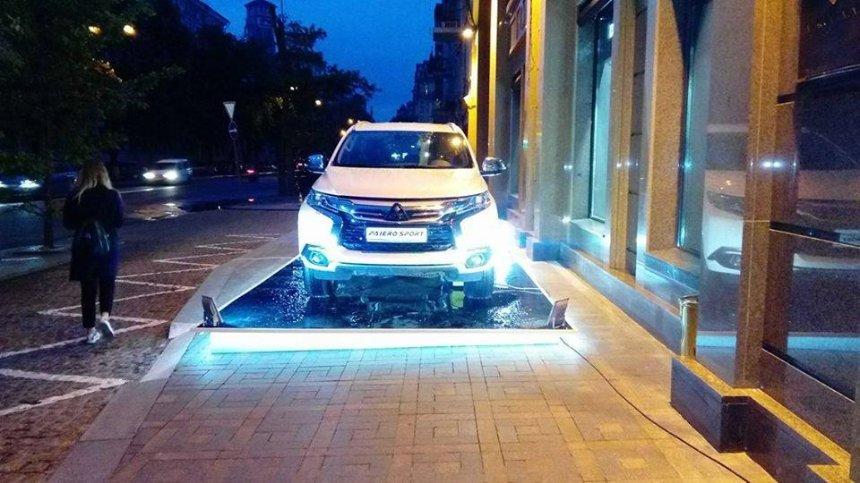 В Киеве отель перекрыл тротуар рекламным автомобилем