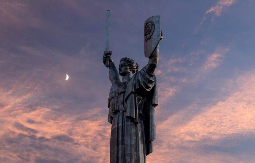 """В столице объяснили, почему не убирают герб СССР с монумента """"Родина мать"""""""