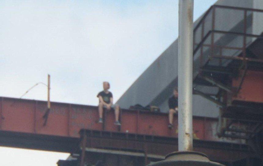 На недостроенном Подольском мосту подростки устраивают смертельно опасные игры (фото)