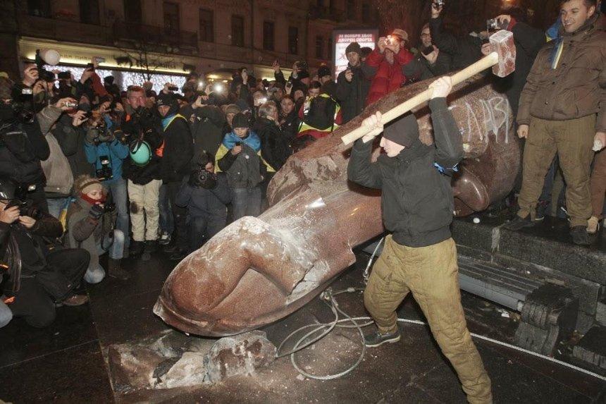 Голове поваленного Ленина нашли новое тело