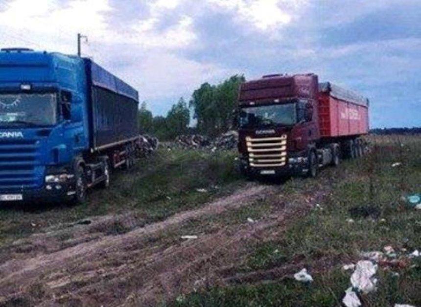 Під Києвом вантажівки з львівським сміттям зупинили місцеві жителі (фото, відео)