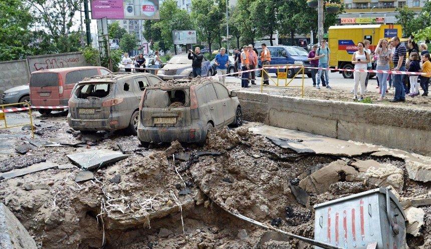 Локальный апокалипсис: из-за прорыва трубы пострадал жилой дом и машины (фото, видео)