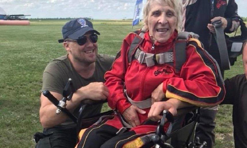 Пожилая украинка на инвалидной коляске прыгнула с парашютом (фото)