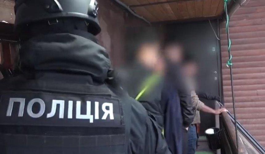 В хостеле для нелегальных мигрантов задержали около сотни человек (фото)