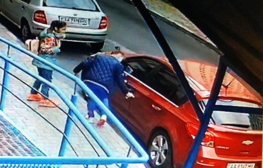 В Подольском районе школьницы специально царапали чужие машины