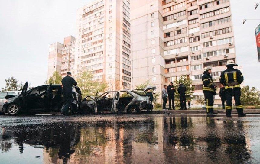 На улице Ларисы Руденко автомобиль влетел в припаркованные машины и загорелся (фото)