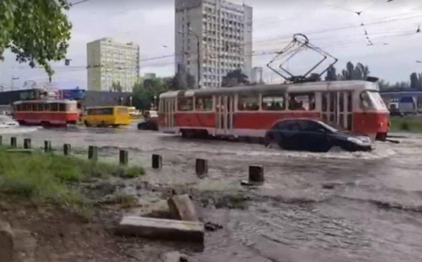 Непроедешь: возле метро «Черниговская» затопило дорогу итрамвайные пути