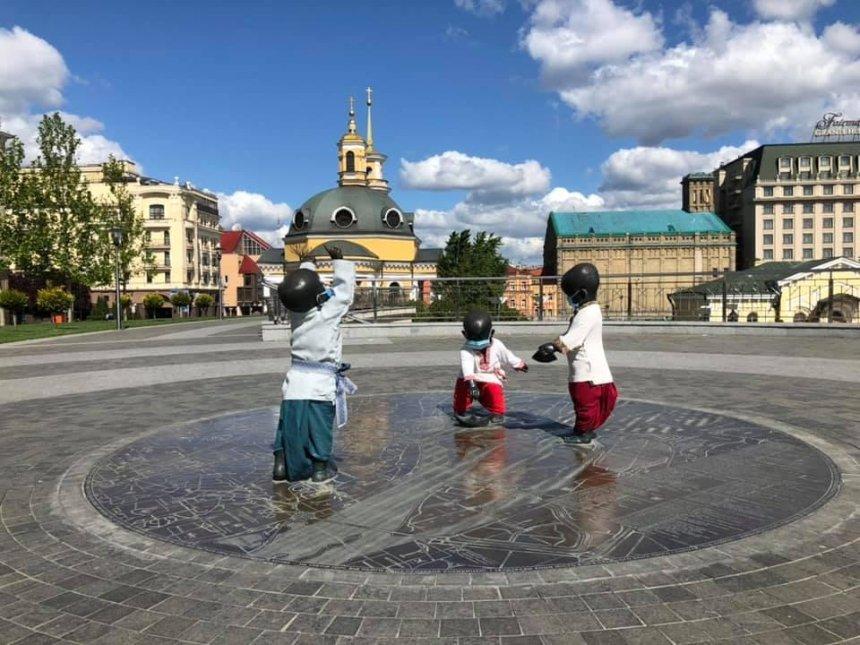 Статуи маленьких основателей Киева нарядили ко Дню вышиванки