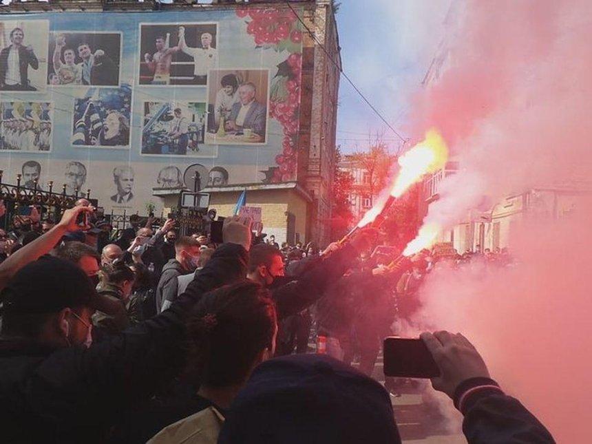 «Руки прочь от Стерненко»: под СБУ устроили акцию и зажгли файеры