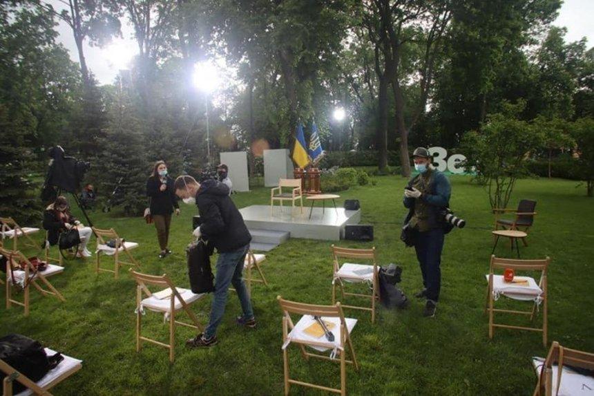 Протесты, рамки и маски: в Мариинском парке готовятся к пресс-конференции Зеленского
