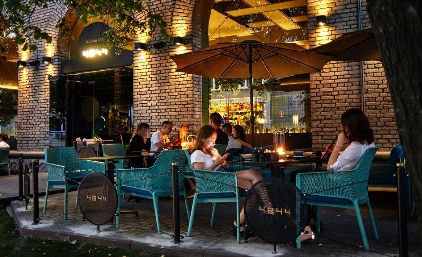 В КГГА рассказали, как будут работать летние площадки кафе и ресторанов во время смягчения карантина