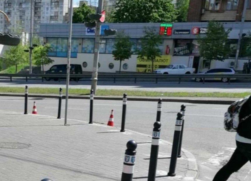 На Голосеевском проспекте установили антипарковочные столбики