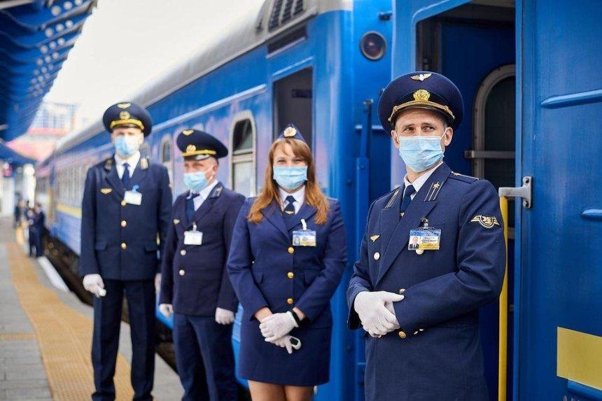 Без чая, но с масками: как будут возить пассажиров в поездах «Укрзализныци»