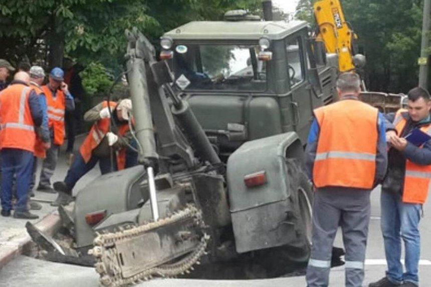 В Киеве под асфальт провалился трактор — он должен был заниматься ремонтом