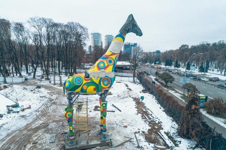 На голову жирафа возле столичного зоопарка предлагают вернуть мешок