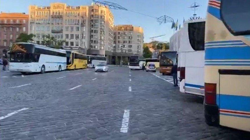 В центре Киева собрались полсотни автобусов: перевозчики готовят массовый митинг
