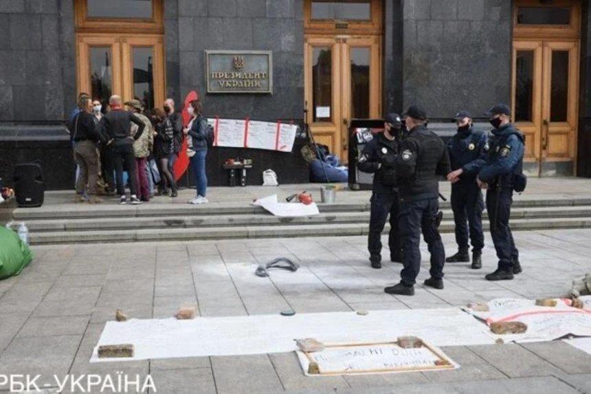 Под Офисом президента активисты подожгли шину с требованием уволить Ермака