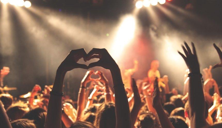 В Англии 5 тысяч людей собрались на концерте без карантинных ограничений