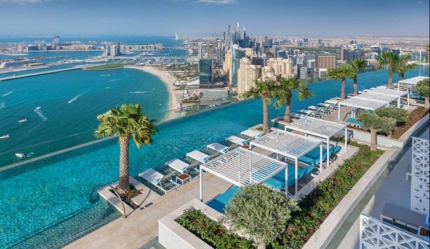 В Дубае открыли самый высокий пейзажный бассейн: как он выглядит