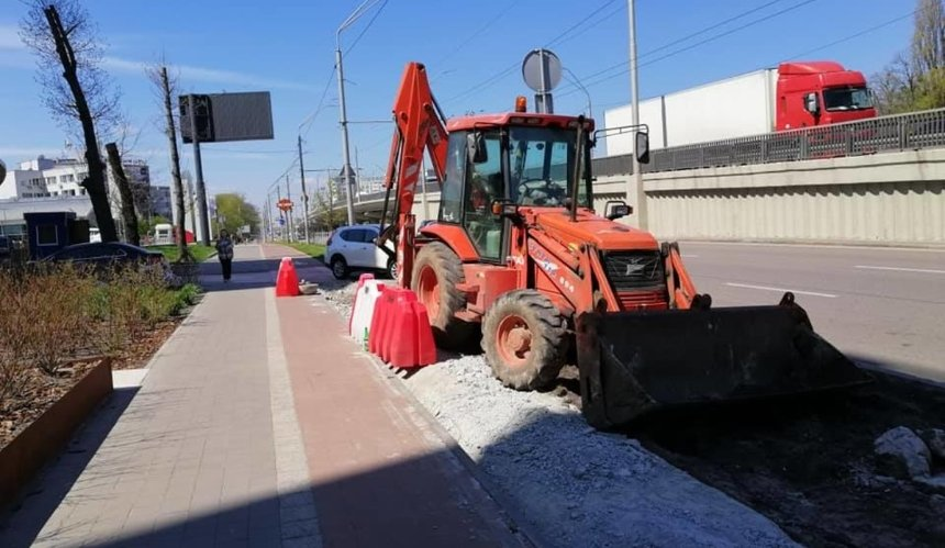 На проспекте Победы разобрали велосипедную дорожку ради парковки. Это назвали реконструкцией