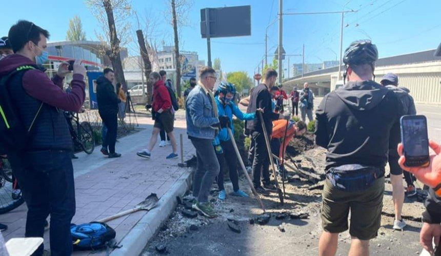 Велосипедисты отвоевали велодорожку у незаконной парковки на проспекте Победы