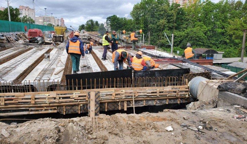 В Киеве на десять дней перекрыли часть путепровода над железной дорогой