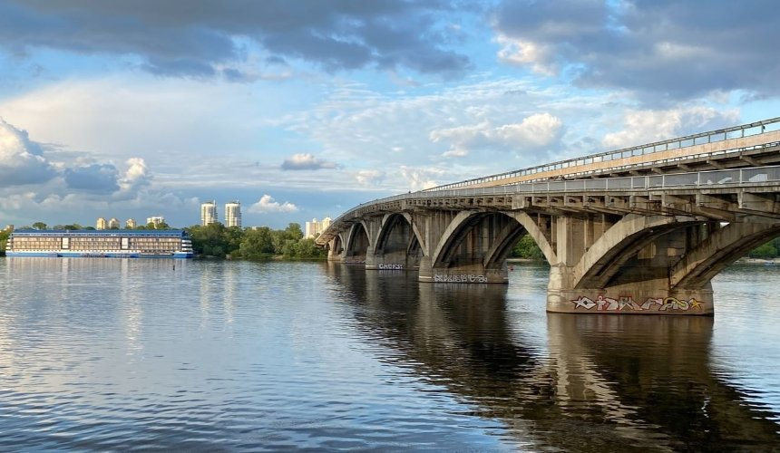 Отремонтируют опоры и расширят тротуар: мост Метро полностью обновят