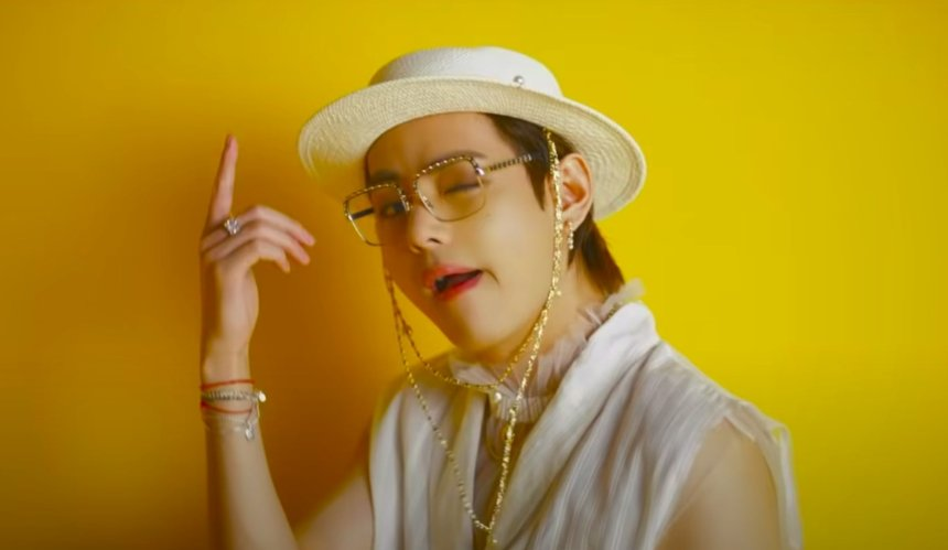 Участник группы BTS появился в клипе со шляпой украинского бренда