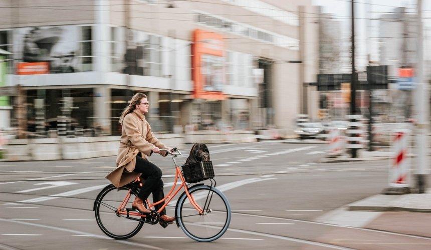 Вызывают стресс: в Амстердаме ограничили движение велосипедистов в центре
