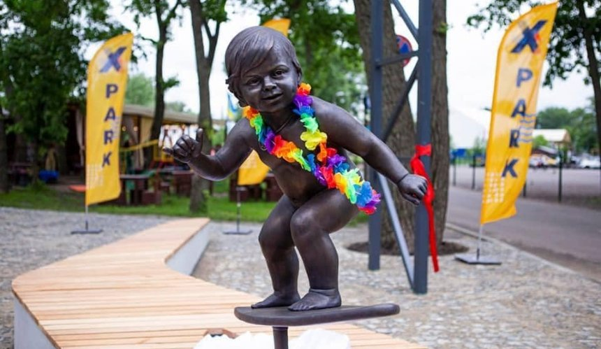Навъезде впарк «Муромец» появилась бронзовая скульптура малыша-серфера
