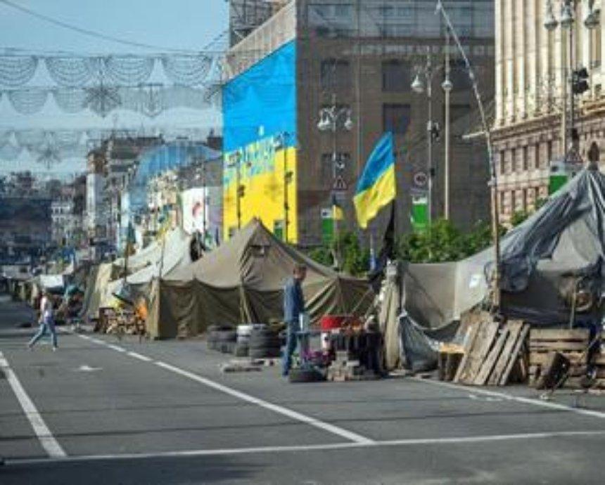 Ночью на Майдане неизвестные подожгли баррикаду (видео)