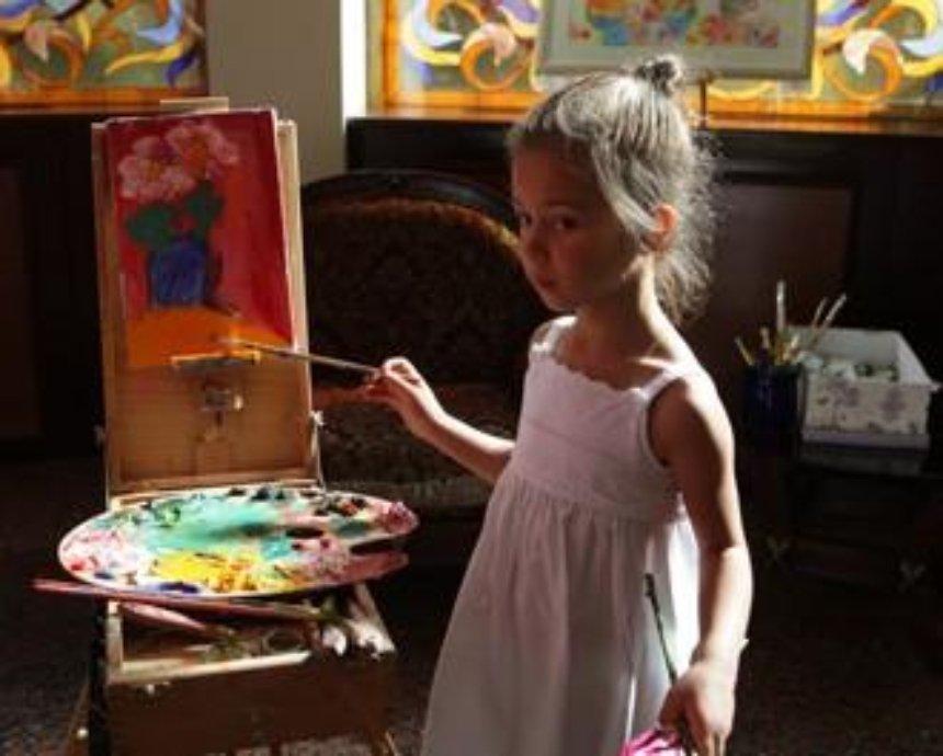 В Киеве открыли выставку картин 5-летней художницы
