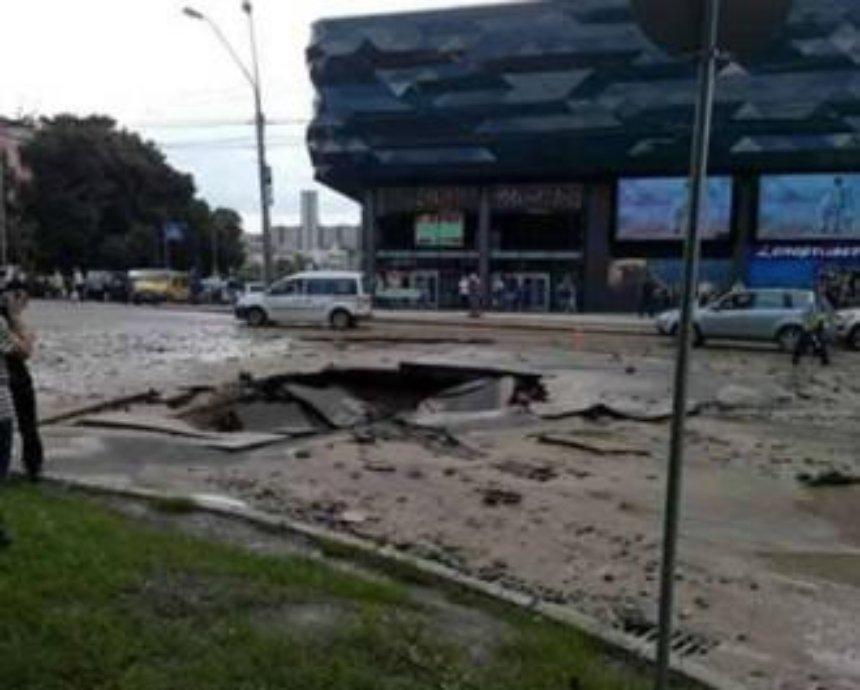 Во время обвала асфальта в Киеве на Лыбедской никто не пострадал