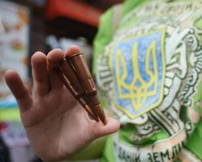 Активисты в Киеве раздавали патроны посетителям российского ресторана