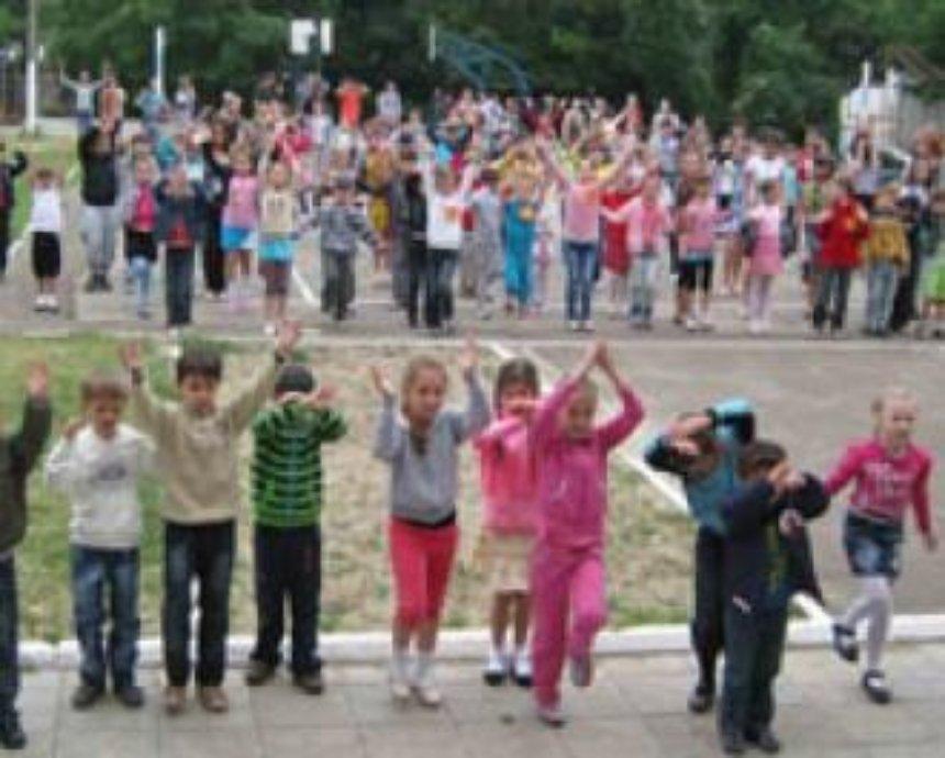 С сегодняшнего дня в школах Киева откроются дневные детские лагеря отдыха