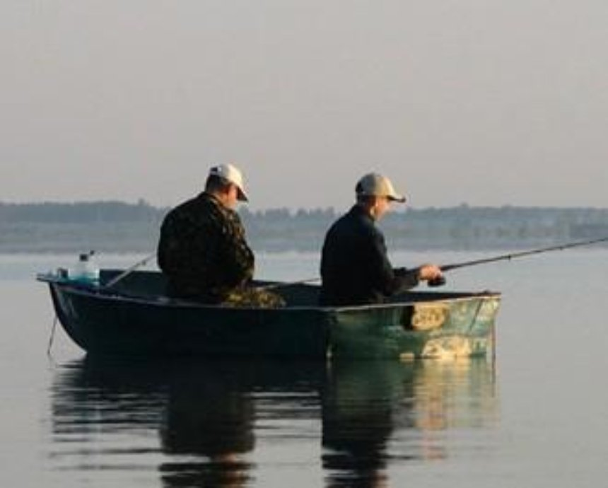 В Киеве лодка налетела на подводный камень, рыбаки чуть не утонули