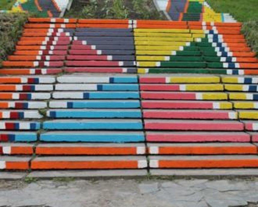 Активисты раскрасили лестницу в киевском парке во все цвета радуги (фото)