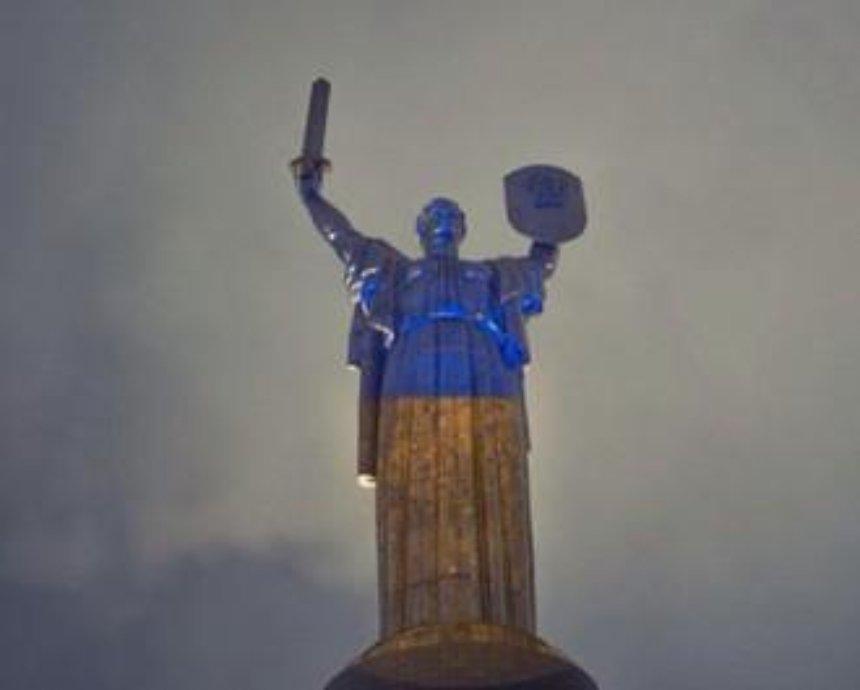 """""""Родина-мать"""" в Киеве станет сине-желтой и в вышиванке"""