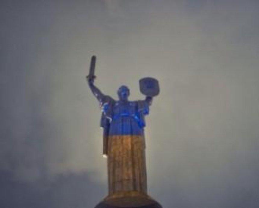 Родину-мать в Киеве решили украсить тризубом