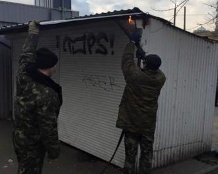 В Киеве МАФовики угрожали чиновнику уколом с ВИЧ-инфекцией