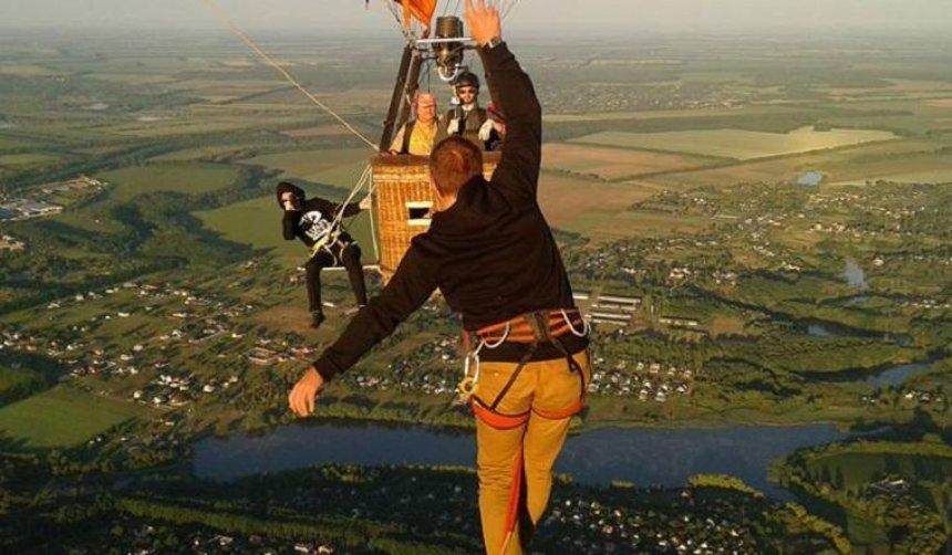 Рекорд на высоте: экстремал прошелся по стропе между воздушными шарами (фото)