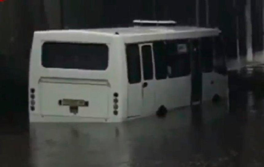 В Киеве из-за ливней тонут автомобили и автобусы (видео)