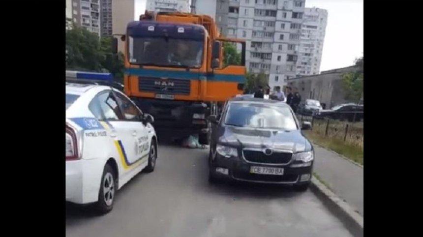 В Дарницком районе мусоровоз сбил женщину (фото, видео)